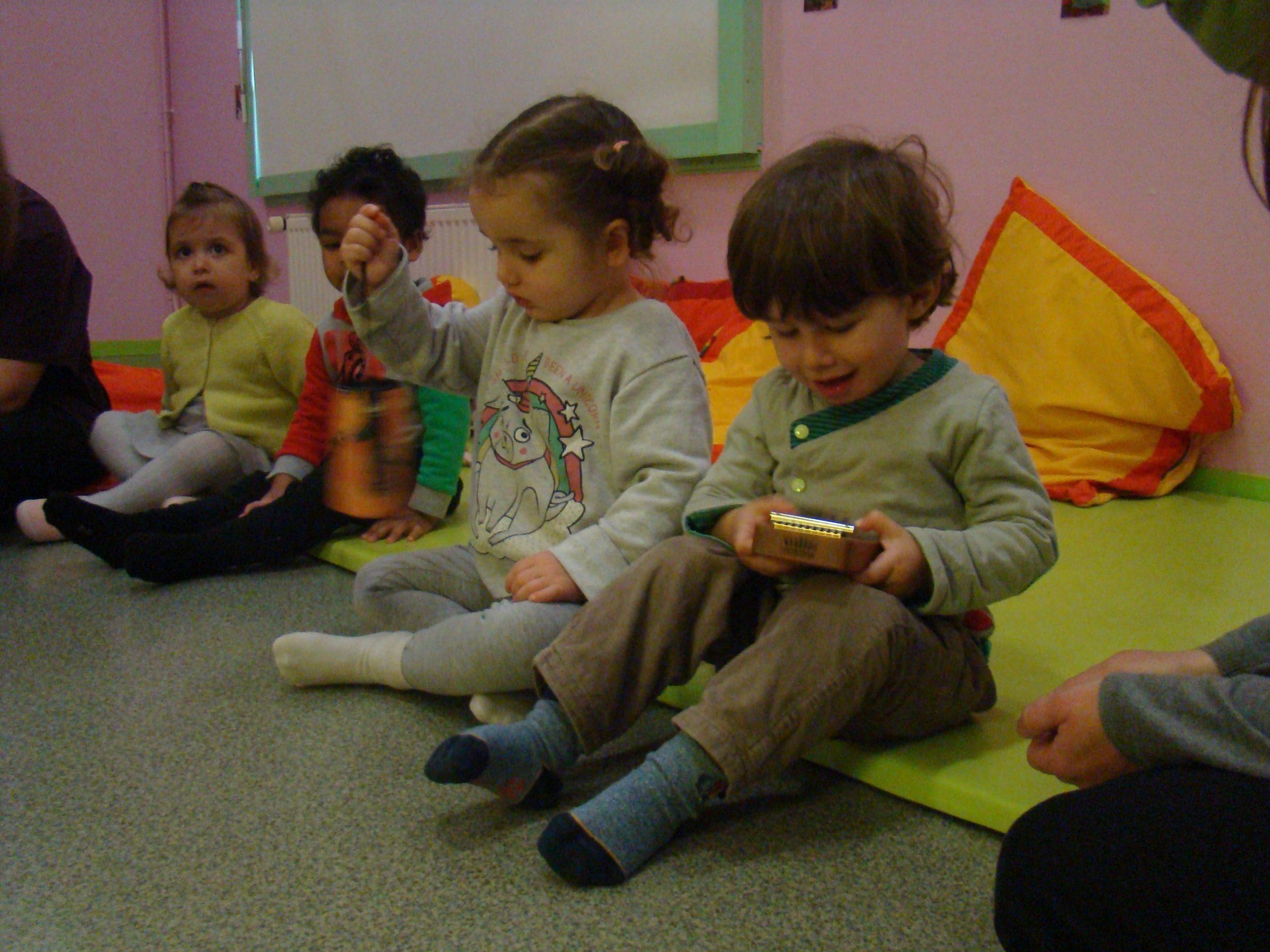 Creche-atelier-musique-sensoriel-emotions-harpe-sansula-carillon-enfant